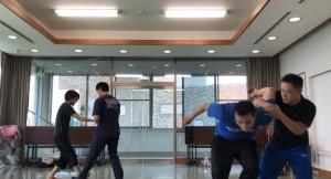 【9/23(日)システマ南埼玉の練習風景①】 プッシュから発展させて、ごく基本的なテイクダウンも練習してみました。二点(二方向)の崩し、一点(一方向)の崩しと進めて、こちらはレベル6を使ったテイクダウンを練習しているところ。