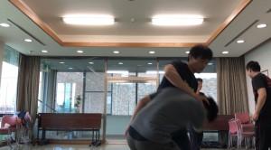 【10/13(土)システマ南埼玉の練習風景②】 ホールドへの対処。攻め手がつかんだ部位で息を吸い、別の部位で息を吐くイメージで動くと、コントロールしやすくなります