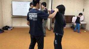 基本的にディフェンスは歩法を中心にした方がよいと思いますが、肩や肘での捌きも使えると、動きの幅が広がりますね。