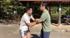 【11/3(土)システマ南埼玉の練習風景④】 こちらは、自分の要望で、腕をつかんだりしても良い打撃スパー。こういうルールだと、レスリング要素もストライクも活かせますから、自分はかなり気に入っているスパー形式です。