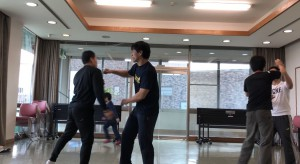 【12/8(土)システマ南埼玉の練習風景②】 クラス前半で練習したストライクの動きを生かして行う打撃スパー。1ラウンド目。