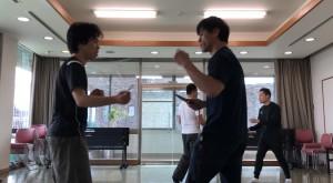 【12/8(土)システマ南埼玉の練習風景⑤】 クラス前半で練習した捌きを生かして行うスパー。お互いにナイフを持ち、ナイフでもストライクでも攻撃可としました。1ラウンド目。