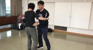 【12/22(土)システマ南埼玉の練習風景③】 クラスの最後にフリーワークをやりたかったんですが、時間がなかったので、常連のK君を相手に、レスリング&プッシュのスパーを軽くデモでやってみました。