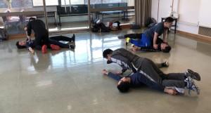 【2/16(土)システマ南埼玉の練習風景④】 クラス後半は、ザイコフスキー師から教わった「頑張らない動き」を練習しました。こちらは、抑え込みから逃れるワーク。「頑張らない動き」で動くと、スルッと抵抗を相手に感じさせずに逃れることができます。