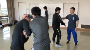 【2/16(土)システマ南埼玉の練習風景③】 重心移動を活用した動きを、テイクダウンやホールドへの対処など、様々な状況設定で試してみました。