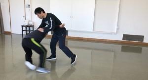 【3/2(土)システマ南埼玉の練習風景④】 力を込めてホールドしたりテイクダウンしようとする相手に対処するワーク。この時も「リラックスできる良い姿勢」で、相手の力や緊張にぶつからずに対処することを目指しました。