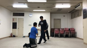 【3/16(土)システマ南埼玉の練習風景①】 スタンドで迫ってくる相手にグラウンドからプッシュするというワーク。タイミングや角度、間合いによって、相手が重くも軽くもなります。かなり難しいです。