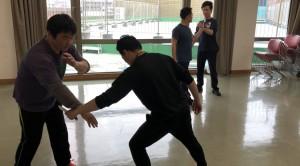 【3/30(土)システマ南埼玉の練習風景④】 相手のナイフ攻撃を、柔らかく手で誘導して、ストライクを返します。今回のクラスで練習した内容の総仕上げとしてやってみました。