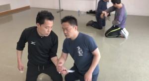 【3/30(土)システマ南埼玉の練習風景②】 相手の腕に柔らかく添えた手をセンサーにすることで、目を閉じた状態でナイフ攻撃をかわします。接触感覚が鋭敏になりますから、目を閉じても、相手の動きが手に取るように分かります。中国拳法的にいえば、これは聴勁のワークです。
