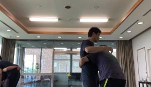 【5/18(土)システマ南埼玉の練習風景②】 今度は、いわゆる「第1のワーク」を、① なるべく筋肉を使わない、② 重心移動を使う、③ フォームを使う、の3つの方法でやってみました。