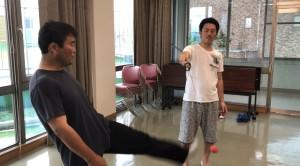 【6/15(土)システマ南埼玉の練習風景①】 前回のクラスでも取り入れたボクシングボール、今回も使ってみました。揺れ動くボールを正確にヒットすることは難しいですが、足から目標まで最短距離で動くシステマのキックでやると、割合に簡単になると思います。
