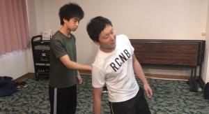 【7/6(土)システマ南埼玉の練習風景①】 トロント本部で修行中の蔵岡さんの紹介による、ヴラディミア師の日本人向けワークを早速、今回の練習に取り入れてみました。相手のプッシュに対し、リラックスした反応を養います。このワークの感覚は、普段よく行うプッシュの受け流しなどにも活かせますね。