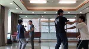 【8/24(土)システマ南埼玉の練習風景⑥】 続いて、離れた状態から、ストライクやレスリングなど何でも有りのルールでスパーしました。
