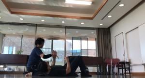 【10/26(土)システマ南埼玉の練習風景①】 グラウンドでのレスリングに加えて、ナイフ攻撃も混ぜてくる攻め手の動きに対応するワーク。