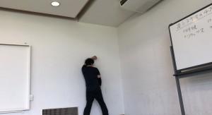 【10/5(土)システマ南埼玉の練習風景①】 壁際に動きをソロワークでいろいろと試してもらいました。実際に敵に壁際に追い詰められた状況を想定してのリアルシャドー的な感覚で。