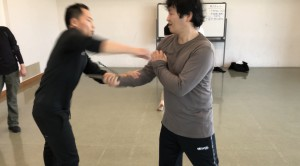 【11/16(土)システマ南埼玉の練習風景①】 攻め手が受け手の腕をナイフで切りつけるのに対し、受け手は腕をリラックスさせて回避するというワーク。慣れてきたら、回避する勢いで、相手の腕や体をストライクします。前回のクラスでもやりましたが、今回は昨年のヴラディミア師の来日セミナーの要素を取り入れてやってみました。