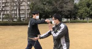 腕を盾としてではなく、猫のヒゲのようなセンサーとして使います。中国拳法でいえば、聴勁ということですね。