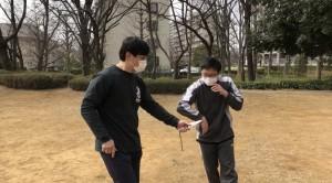 【3/7(土)システマ南埼玉の練習風景②】 相手のナイフ攻撃に対し、柔らかく手を添えながら捌くワーク。リラックスして感度を最高に敏感にした手や腕で、相手の動きを感じ取ることで、捌くことが簡単になります。