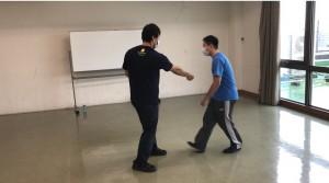 【7/18(土)システマ南埼玉の練習風景②】 菊野克紀さんの動画を参考に、沖縄拳法の突きを考察して、ストライクのデモとして再現してみました。動画を一回見ただけで、練習も全くやっていませんが、割とポイントは押さえられたんじゃないかと思います。① 腕の重みで打つ、② 遠心力を使う、③ 全身の体重移動を乗せる、と段階を上げていきました。 システマでは通常、あまり使わない動きもありますが、このような突きが戦いの流れの中でヒットしたら、相当な威力になるだろうと思いますね。