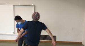 【7/18(土)システマ南埼玉の練習風景④】 続いて、体の各部でストライクするというワーク。体のどの部位でも、拳によるストライクと同様の精度で打てたら、戦う状況での動きの幅や選択肢が格段に広がると思いますね。